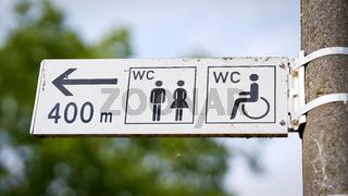 Wegweiser zu einer öffentlichen Toilette