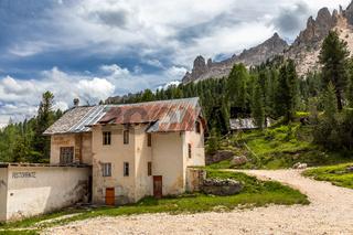 Ruine der alten Cardecciahuette im Vajolettal im Rosengarten, Trentino, Italien