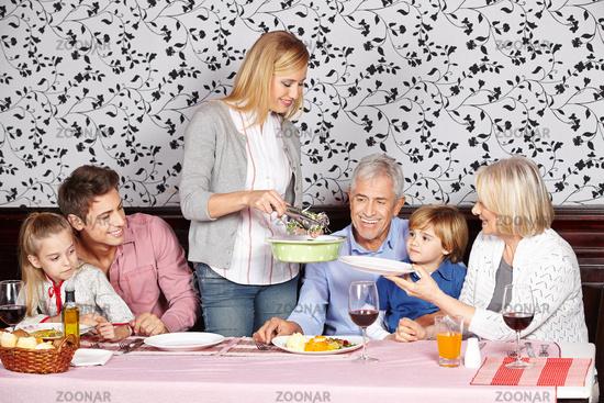 Mutter serviert der Familie Essen