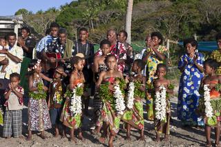 Dorfbewohner begruessen Touristen, Fidschi