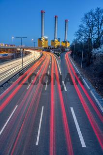 Autobahn und Kraftwerk in der Abenddämmerung