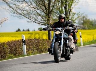 Motorradfahrer auf Chopper im Frühjahr