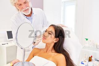 Patientin und Facharzt für plastische Chirurgie