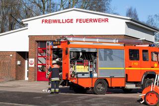 Feuerwehr Einsatzfahrzeug vorder Wache