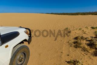 Offraoadfahrzeug vor einer Sanddüne