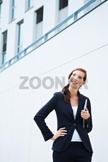 Lachende Frau vor Universität