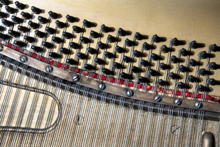 Details von Saiten eines Klaviers