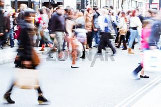 Menschenmassen überqueren die Straße