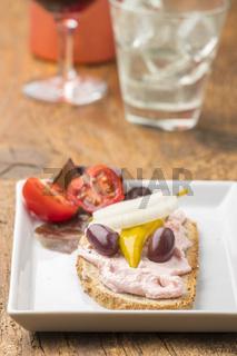 Brot mit griechischen Taramas auf Holz verteilt