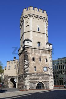 der mittelalterliche Wehrturm Bayenturm am Rheinufer in Koeln