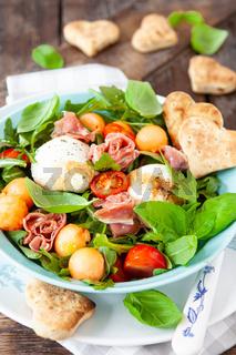 Bunter Sommersalat mit Mozzarella