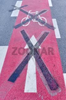 Zeichen auf Straße