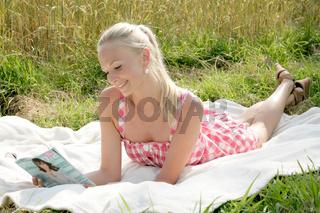 junge frau liest eine Zeitschrift
