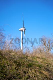 Windkraftanlage in einem Industriegebiet in Magdeburg