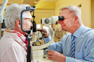 Augenarzt untersucht Frau