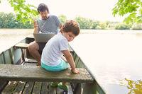 Kind in einem Boot auf dem See in den Sommerferien