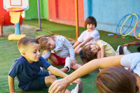 Gruppe Kinder macht zusammen Gymnastik
