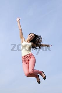 glueckliche Frau macht Luftsprung