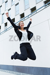 Geschäftsfrau macht Luftsprung