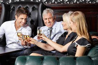 Sekt trinken auf einer Hochzeit