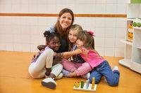 Tagesmutter und multikulturelle Kinder als Freunde