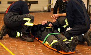 Feuerwehr Rettung Erste Hilfe mit Trage