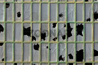 Zerstoertes Fabrikfenster in Portimao