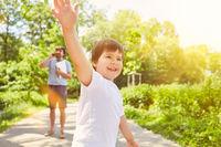Glückliches Kind spielt in der Natur im Sommer