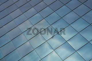Fassadenverkleidung aus Edelstahl an einem modernen Gebäude