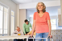 Seniorin mit Rollator als Gehhilfe nach einem Schlaganfall