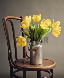 Stillleben mit gelben Tulpen