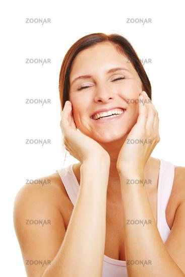 Lachende Frau bei Hautpflege