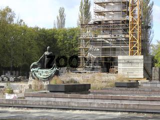 Restaurierung des Sowjetisches Ehrenmals Schönholz in Berlin-Pankow, Obelisk und Statue Mutter Heimat