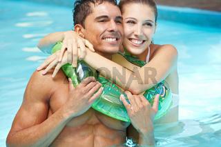 Paar im Pool mit Schwimmring