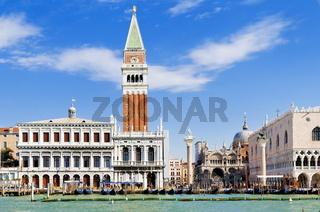 Biblioteca Marciana und Campanile in Venedig