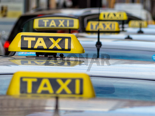 Taxis an einem Taxenstand