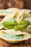 italienische Conchiglino Pasta gefüllt mit Spinat