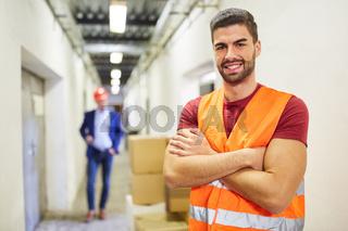 Vorarbeiter oder Lagerist mit Warnweste