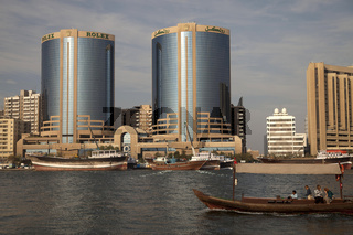 Zwillingstürme und die traditionellen Abra Boote am Dubai Creek in Dubai