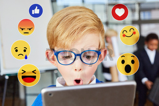 Kind  blickt mit Überraschung auf Social Media Reaktionen