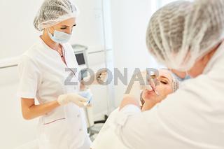 Facharzt Team beim Lippen aufspritzen