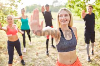 Gruppe Freunde macht Aerobic in der Natur