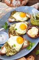 Pesto Eier, Spiegeleier in Pesto gebraten