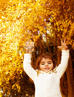 Autumn game of little girl