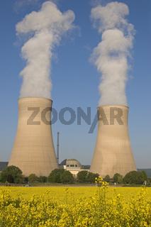 Atomkraftwerk Grohnde mit Rapsfeld