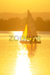 Segelboot mit Abendsonne