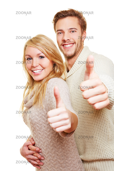 Mann und Frau halten Daumen hoch