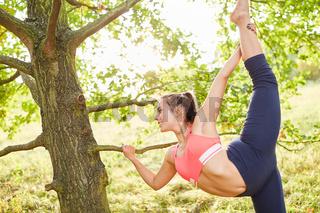 Junge Frau macht Dehnübung für die Beine