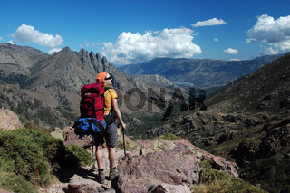 Frau bei einer Bergwanderung