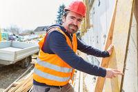 Handwerker als Tischler auf der Baustelle vom Hausbau